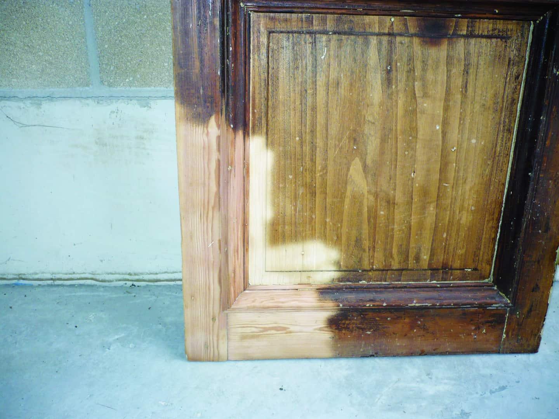 Hydrogommage d'une porte en bois