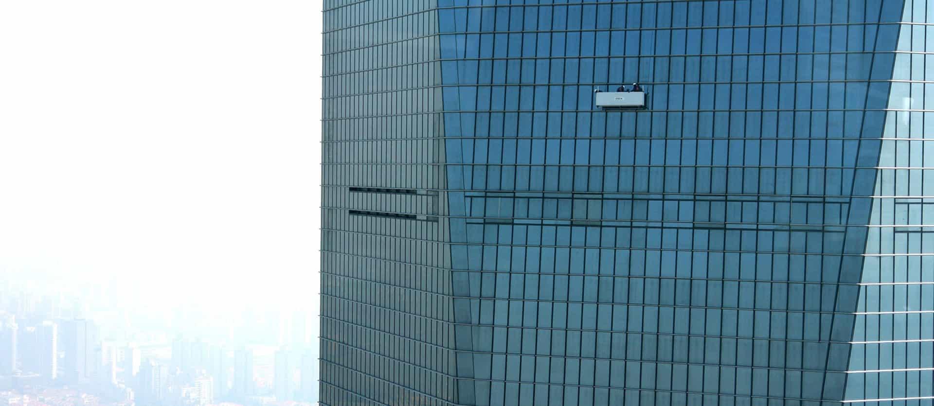 Lavage de vitres sur building en hauteur
