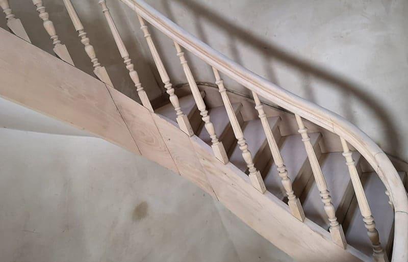 Aérogommage d'un escalier en bois